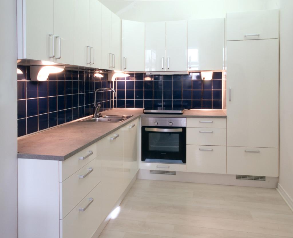 White_kitchen_with_dark_blue_tiling